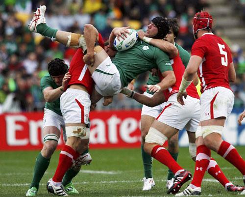 写真:激しいタックルを受けるアイルランドのフェリス=ロイター