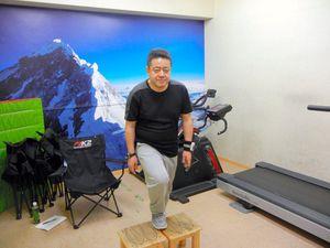 標高4000メートルの酸素濃度に設定した低酸素室で、踏み台昇降をして負荷をかける