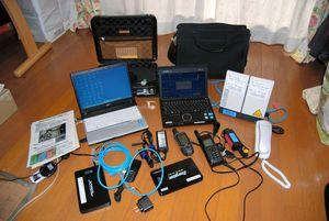 エベレスト・ベースキャンプで原稿や写真を送るために使うパソコンや衛星電話、GPSなどの機器類