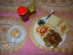 5日朝の食事。トースト2枚、炒り卵、カレー味のジャガイモ炒め