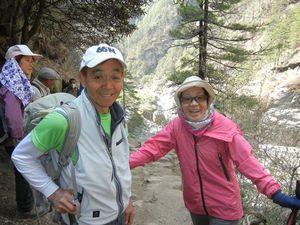ナムチェの坂で、田部井さん夫妻