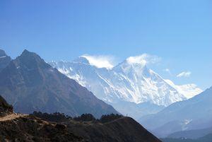 山頂近くで雲をたなびかせるエベレスト