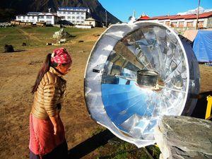 太陽光を利用したパラボラ式湯沸かし器=10日朝、タンボチェ