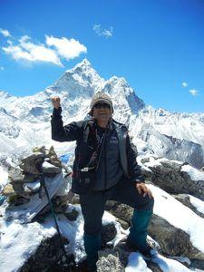 ナガルジュンに登頂してガッツポーズが出た。ガイドのラムにさんに撮ってもらった=12日午前10時45分