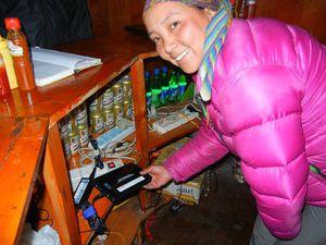 ディンボチェのロッジにある外部電源で充電=12日