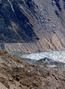 ゴラクシェップ手前のトレッキングルートからベースキャンプを望む。白い氷河の脇に黄色いテントの点々が米粒のように見えた=14日午前