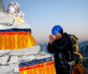 登頂の安全を祈願する三浦雄一郎さん=近藤幸夫撮影