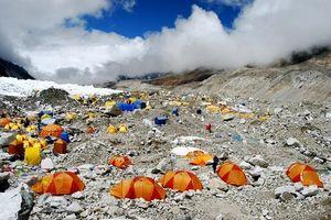 色とりどりのテントが並ぶエベレストのベースキャンプ=近藤幸夫撮影