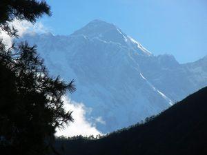 24日のエベレスト、ナムチェの急坂から