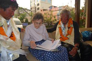 エリザベス・ホーリーさん(中央)からエベレスト登山の聞き取り調査を受ける三浦雄一郎さん(右)と通訳する豪太さん=26日、カトマンズ