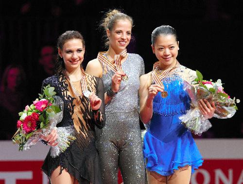 写真:表彰台でメダルを掲げる(左から)2位のアリョーナ・レオノワ、優勝したカロリーナ・コストナー、3位の鈴木明子=遠藤啓生撮影