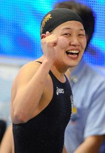 写真:女子200メートル個人メドレーで優勝し、観客席に向けてガッツポーズする加藤和=森井英二郎撮影