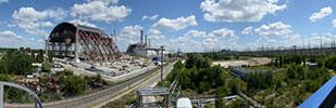 4号機の「石棺」を覆うため、2015年完成予定の新シェルター(左)の建設が進む