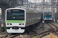 京浜東北線の209系(右)と併走する山手線のE231系。「ツーバイフォー電車」といわれる規格形車両だ=2005年7月16日