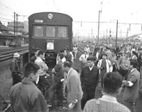 安保条約阻止国民会議6・4全国統一行動で山手線電車の前で集会を開く国鉄動労の組合員=1960年6月4日、東京・国鉄品川電車区