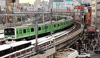 ほぼ全面が緑色にラッピングされた山手線の特別電車=2013年1月、東京・上野