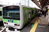 登場50年を記念して、緑色にラッピングされた山手線の電車=2013年1月16日午前9時46分、JR東京駅、林敏行撮影