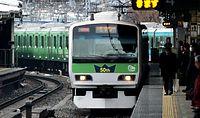 登場50年を記念して、緑色にラッピングされた山手線の電車=2013年1月16日午前9時45分、JR東京駅、林敏行撮影