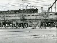1949年、東京・丸の内2丁目の中央・山手線の高架と商店街