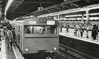 新宿駅ホームに入る山手線(手前)と中央線の電車=1979年11月1日、東京都新宿区の国鉄新宿駅