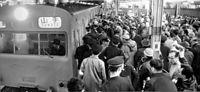 1965年4月30日午前4時24分発山手線外回り1番電車の発車をめぐって、ホームでにらみ合う組合員と当局職員