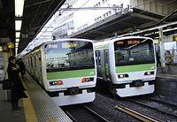 新型車両が活躍する山手線。80年かかって、1周の所要時間を十数分縮めた=2005年1月18日、JR新宿駅で