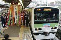 山手線の新車両E231系の運転を前に、テープカットによる出発式が行われた=2002年4月21日午前、東京・JR大崎駅で