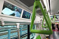 山手線の新型車両E235系車内の壁面に設置された広告を表示する液晶パネル=30日午後、東京都品川区、林敏行撮影
