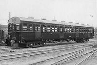 通勤輸送を確保するための四つ口電車が帝都山手線に登場。出入り口を片側4カ所とし、定員はこれまでの136名から159名に。また立ち席乗客のためのつり手も片側2列設けられている=1944年5月ごろ撮影