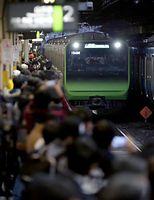 品川駅に到着する山手線の新型車両E235系=30日午後、林敏行撮影