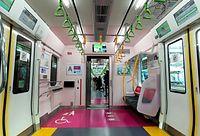 山手線新型車両E235系の各車両に設けられた優先席付近は色分けされている=30日午後、東京都品川区、林敏行撮影