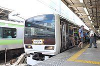 命名から100年を記念し、ラッピングで旧国鉄車両に「変身」した山手線電車=2009年9月7日午後0時9分、東京都千代田区のJR東京駅