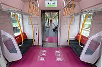 2015年3月28日に報道陣にお披露目された山手線の新車両E235系内の優先席=東京都品川区、北村玲奈撮影