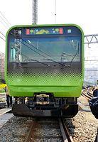 2015年3月28日に報道陣にお披露目された山手線の新車両E235系。先頭部分の花は季節ごとに替わる=東京都品川区、北村玲奈撮影