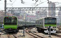 2015年3月28日に報道陣にお披露目された山手線の新車両E235系(左)と現在のE231系=東京都品川区、北村玲奈撮影