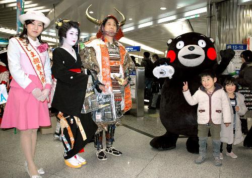 写真:九州新幹線の開通をアピールするキャンペーン隊=大阪市のJR新大阪駅