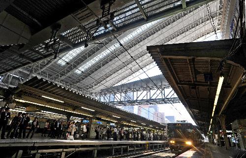 写真:大屋根(後ろ)の下に雨が吹き込み、古い屋根(手前)がそのまま残された=JR大阪駅、池田良撮影