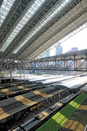 写真:巨大ドーム屋根の下にある電車のホーム。すき間から雨風が入るので、ホーム上の屋根を取り除けなくなった=大阪市北区