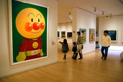 写真:アンパンマンミュージアム4階のギャラリーを入ると、大きなアンパンマンが出迎えてくれる=香美市香北町美良布