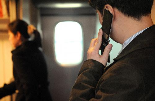 写真:デッキで通話するビジネスマンは東海道新幹線の日常風景だが、実は客席でも通話はOKだ=JR新大阪駅
