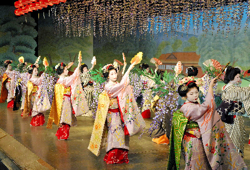 写真:「鴨川をどり」の前夜祭で華やかな舞を披露する芸舞妓ら=30日午後、京都市中京区、高橋一徳撮影