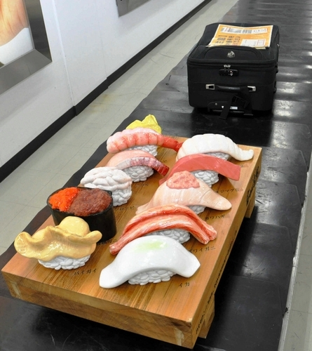写真:富山湾鮨のオブジェ=富山空港