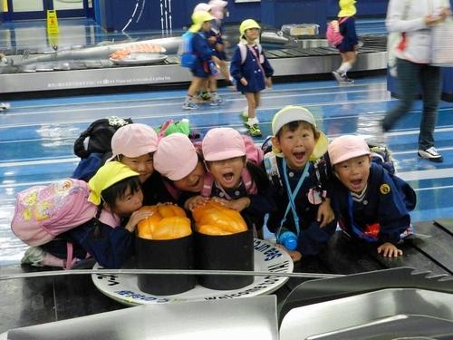 写真:ウニの軍艦巻きに喜ぶ子どもたち=大分空港、大分航空ターミナル提供
