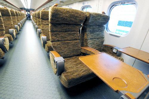 写真:テーブルや手すりに木材が使われている「みずほ」「さくら」の指定席車内=中里友紀撮影