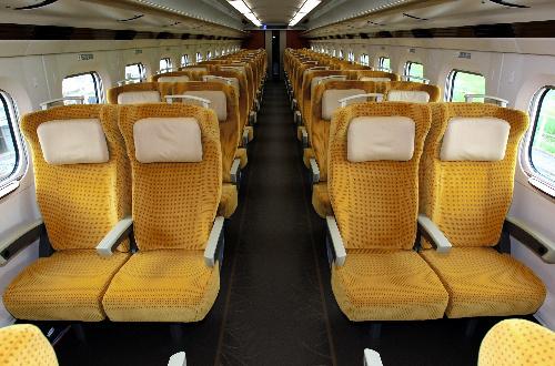 写真:秋田新幹線「こまち」に使われるE6系の普通車内。座席の色は実った稲穂の黄金色をイメージしたという=宮城県利府町、小宮路勝撮影