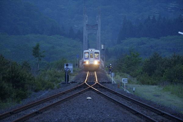 写真:震災5日後に一部区間の運行を再開した三陸鉄道北リアス線/5月31日、北リアス線小本駅で(今祥雄撮影)
