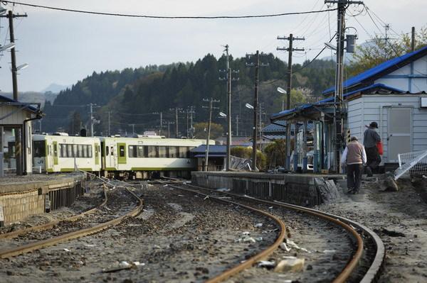 写真:JR山田線津軽石駅(岩手県宮古市)。停車直前だった列車が津波で流されたが、乗客乗員は無事だった/5月6日(今祥雄撮影)