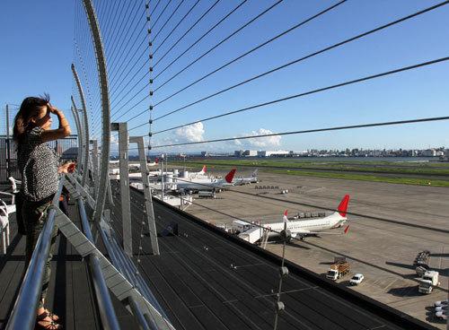 写真:飛行機を見やすくなった第1ターミナルの展望デッキ=15日、羽田空港