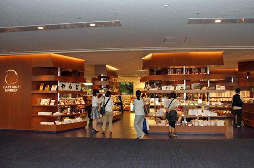 写真:第1ターミナル出発ゲート中央にできた「キャプテンズトーキョー」=15日、羽田空港
