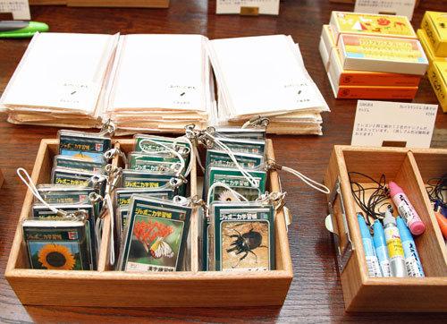 写真:文具店の「南青山Shosaikanアネックス」で販売している「なつかしい文房具」コーナーにはミニサイズのジャポニカ学習帳が。中のメモもノートのマス目を再現している=15日、羽田空港